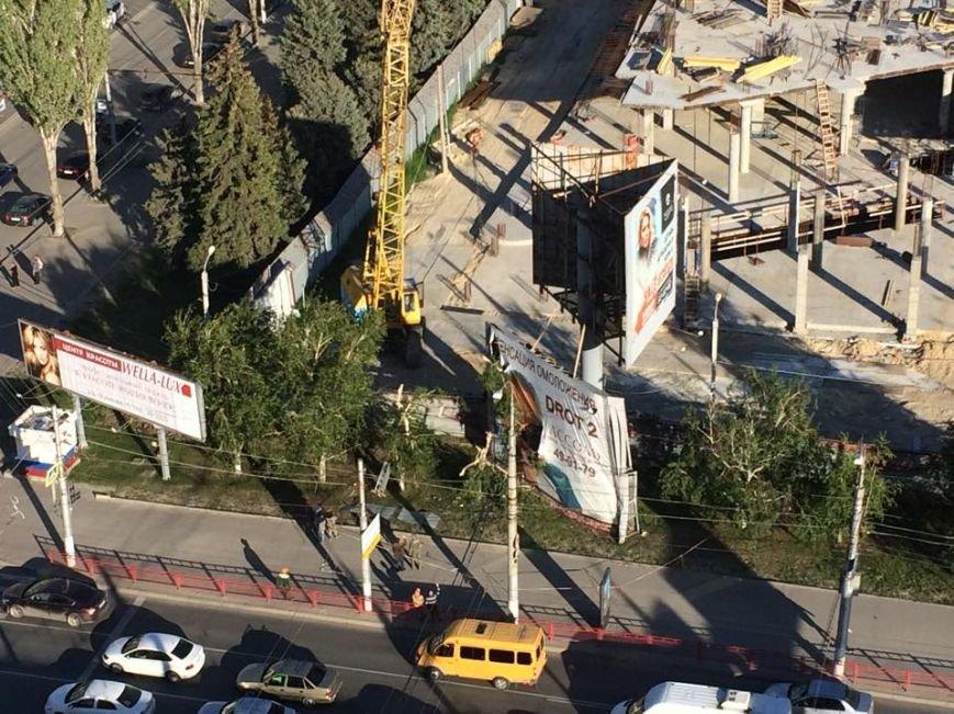 В Центральном районе Волгограда рухнула рекламная конструкция, фото-3