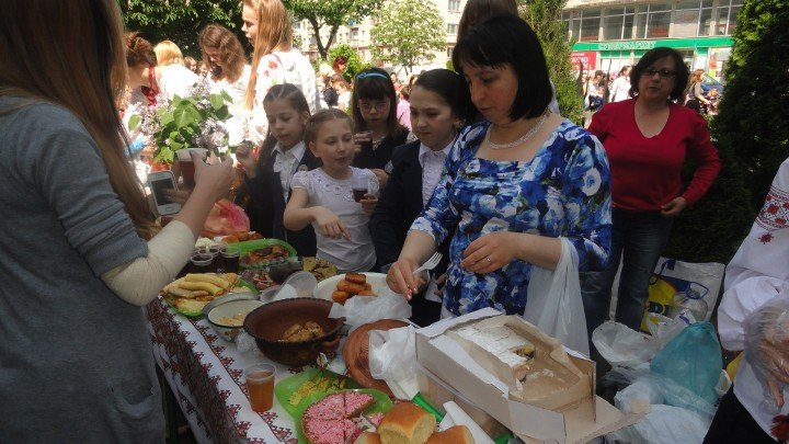 Тернопільські школярі влаштували ярмарок української кухні (фото) (фото) - фото 1