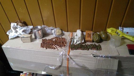 В поезде «Красноармейск-Киев» двое мужчин незаконно провозили арсенал боеприпасов (фото) - фото 2