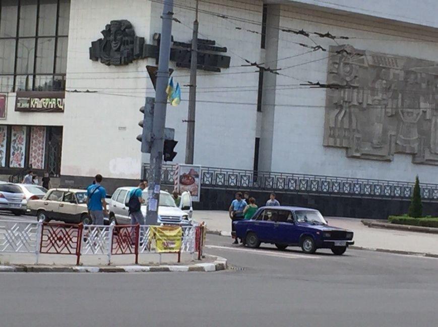 ДТП на перехресті вулиць Незалежності та Бандери (фото) - фото 1