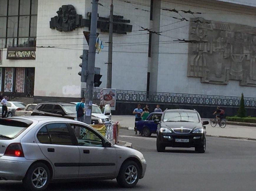 ДТП на перехресті вулиць Незалежності та Бандери (фото) - фото 7