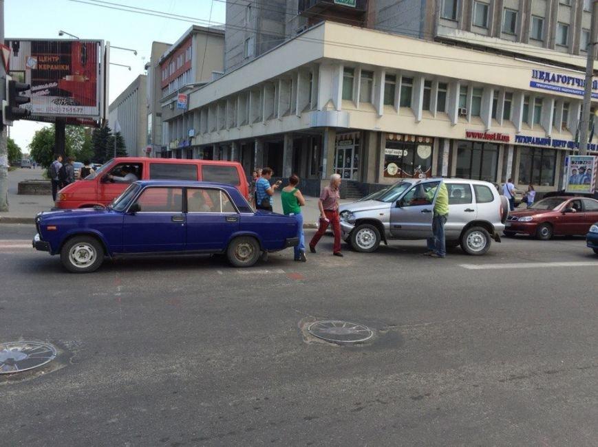 ДТП на перехресті вулиць Незалежності та Бандери (ФОТО), фото-2