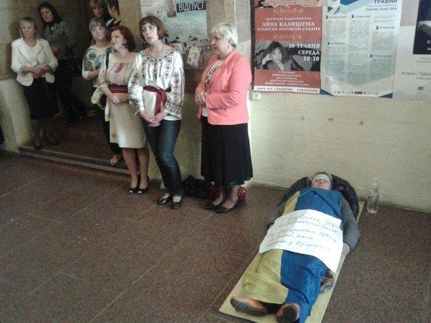 У міськраді жінка-протестувальниця вдавала із себе мертву (ФОТО) (фото) - фото 2