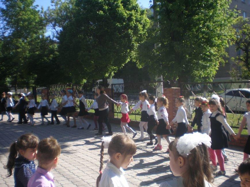 В Мариуполе школьники в вышиванках встречали проезжающие автомобили (фото) - фото 1