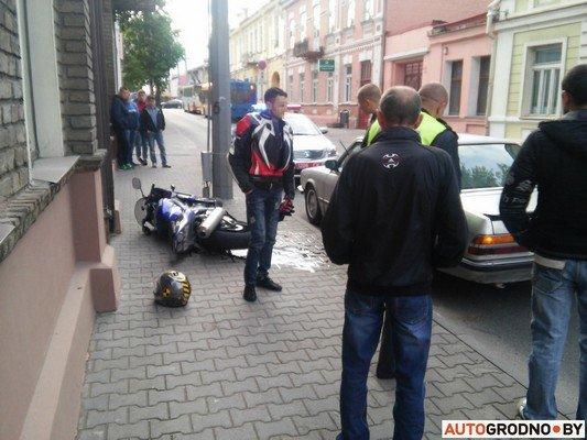 На ул. Кирова мотоцикл столкнулся с легковым автомобилем (фото) - фото 2