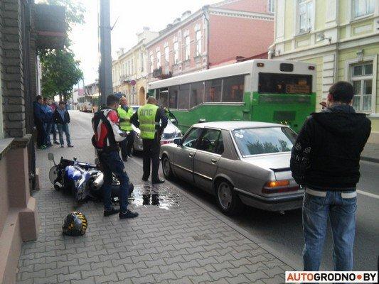 На ул. Кирова мотоцикл столкнулся с легковым автомобилем (фото) - фото 3