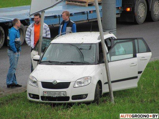 В Гродно лековушка столкнулась с автобусом и вылетела на обочину (фото) - фото 1