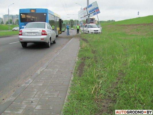 В Гродно лековушка столкнулась с автобусом и вылетела на обочину (фото) - фото 9