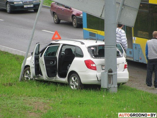 В Гродно лековушка столкнулась с автобусом и вылетела на обочину (фото) - фото 2
