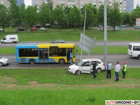 В Гродно лековушка столкнулась с автобусом и вылетела на обочину (фото) - фото 3
