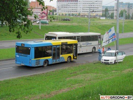 В Гродно лековушка столкнулась с автобусом и вылетела на обочину (фото) - фото 4