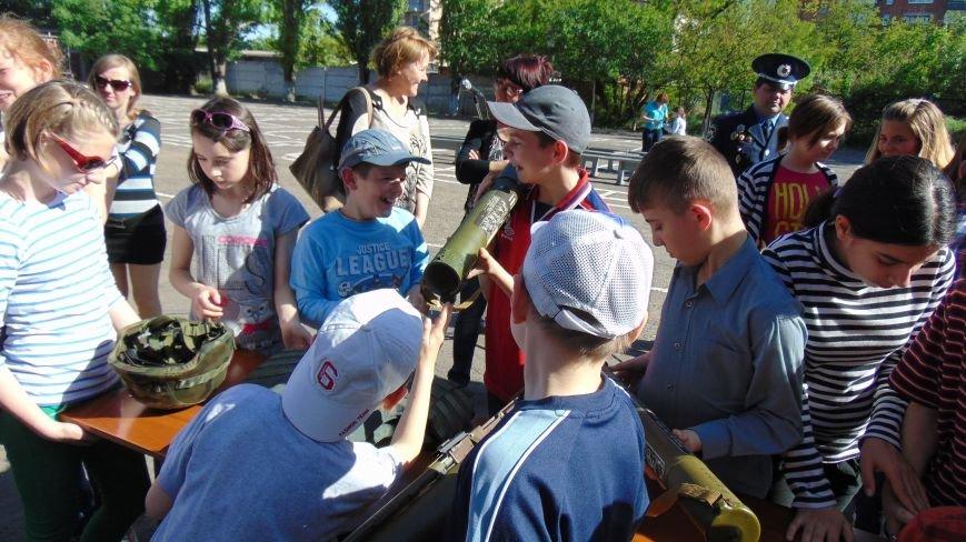 Мариупольские дети прошли полосу психологической нагрузки с пауком и гробом, опробовали гранатометы и спели с милиционерами (ФОТО) (фото) - фото 9