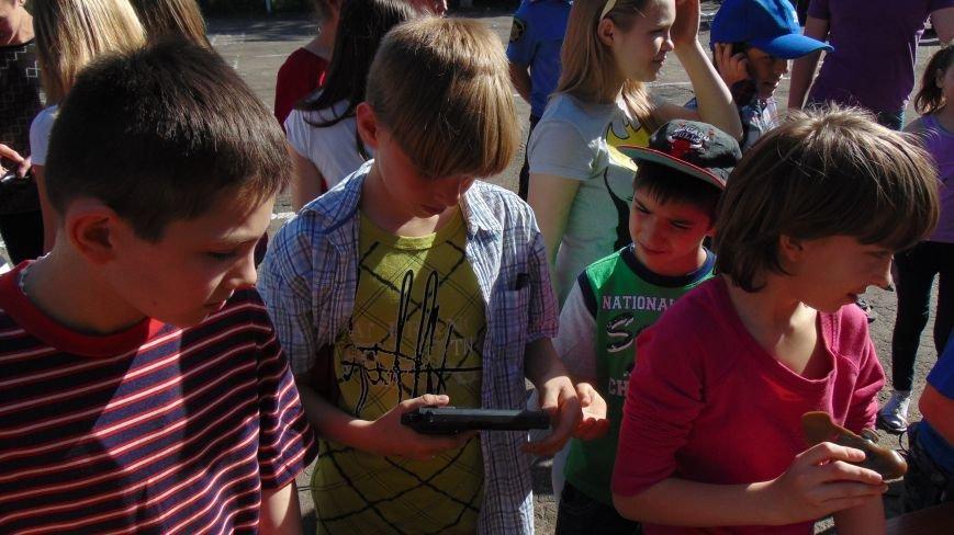 Мариупольские дети прошли полосу психологической нагрузки с пауком и гробом, опробовали гранатометы и спели с милиционерами (ФОТО) (фото) - фото 11