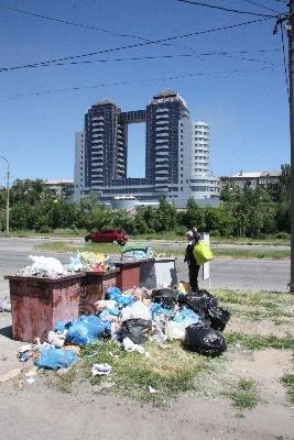 Владельцы кафе на запорожской набережной отказываются вывозить мусор (ФОТОФАКТ) (фото) - фото 1