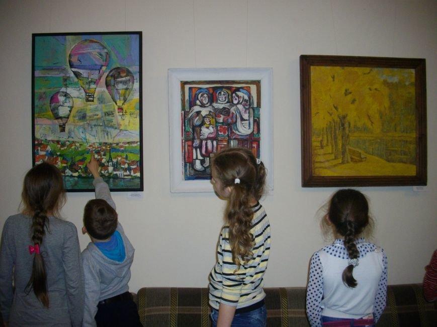 У залі обласної бібліотеки для юнацтва функціонує нова виставка робіт подільських художників (фото) - фото 1