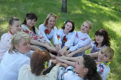 """В """"День вышиванки"""" банкиры Восточного РУ ПриватБанка обслуживали клиентов, одев праздничные украинские наряды (фото) - фото 2"""