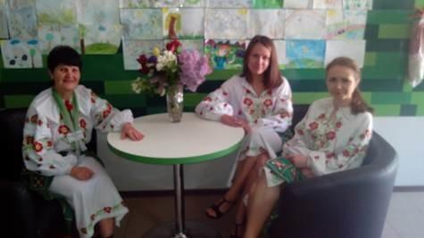 """В """"День вышиванки"""" банкиры Восточного РУ ПриватБанка обслуживали клиентов, одев праздничные украинские наряды (фото) - фото 4"""