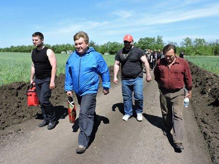 В Мариуполе сотрудники горсовета рыли траншеи и укрепляли оборону (ФОТО) (фото) - фото 1