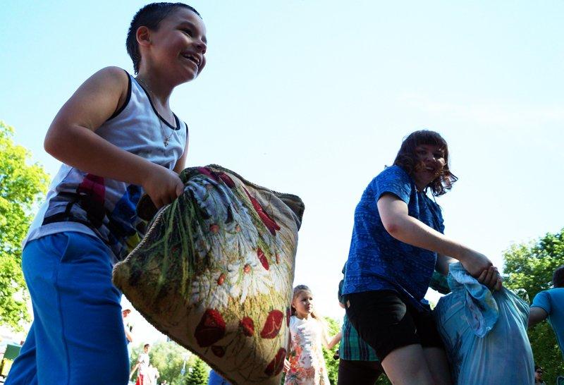 Участники фестиваля уличных искусств «Белая маска» подрались подушками (фото) - фото 1