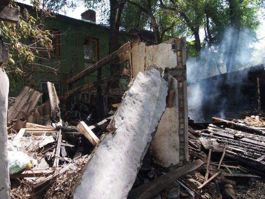 В Днепродзержинске по проспекту Аношкина горел блок сараев (фото) - фото 1