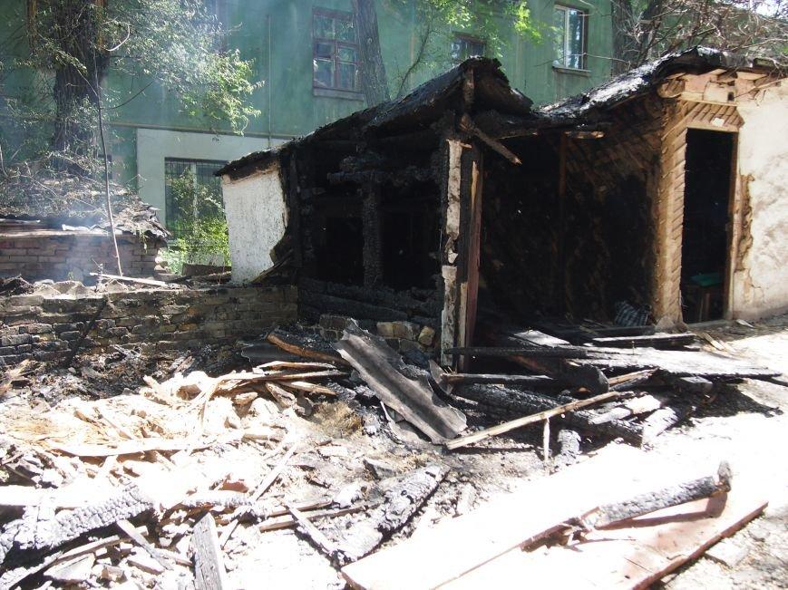 В Днепродзержинске по проспекту Аношкина горел блок сараев (фото) - фото 2