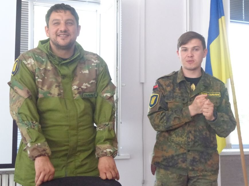 Студенты Красноармейска встретили бойцов добровольческого отряда «Карпатская Сечь» вниманием и аплодисментами (фото) - фото 4