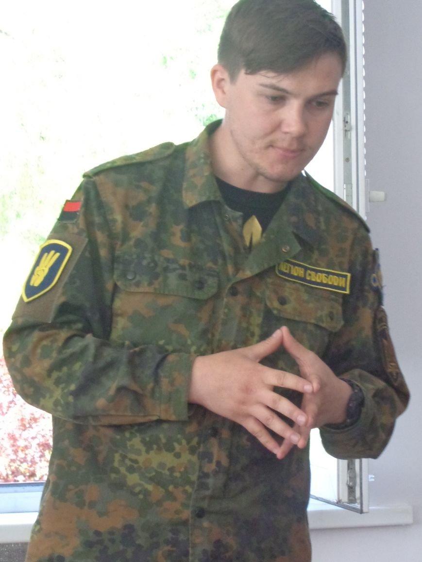 Студенты Красноармейска встретили бойцов добровольческого отряда «Карпатская Сечь» вниманием и аплодисментами (фото) - фото 2