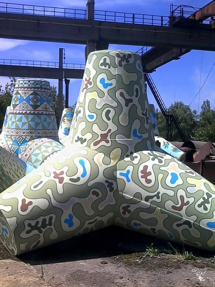 Новые тетраподы перед отправкой на границу  Мариуполя разрисовали в патриотичные  цвета (Фотофакт), фото-5