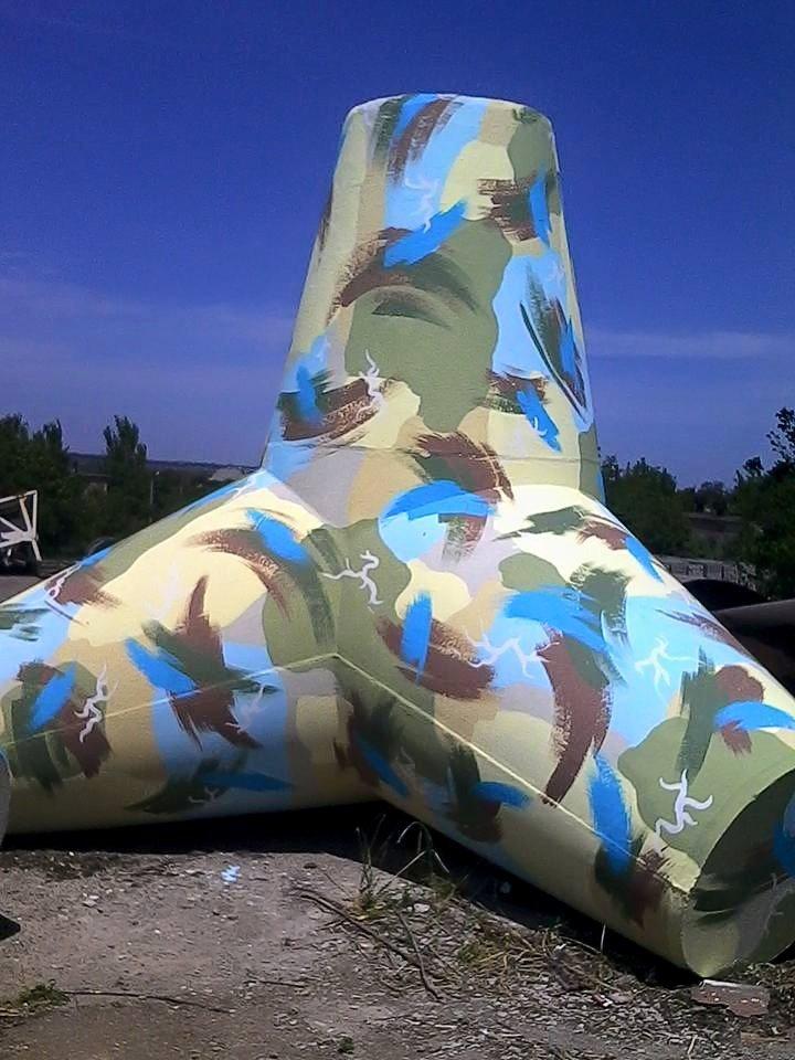 Новые тетраподы перед отправкой на границу  Мариуполя разрисовали в патриотичные  цвета (Фотофакт), фото-3