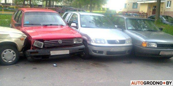 В Гродно у Жигули отказали тормоза: пенсионер-водитель протаранил 5 автомобилей (фото) - фото 2