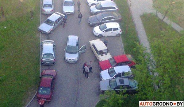 В Гродно у Жигули отказали тормоза: пенсионер-водитель протаранил 5 автомобилей (фото) - фото 4