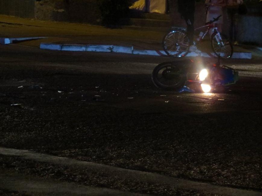 В Кировограде автомобиль скорой помощи сбил мотоциклиста, человек получил травмы (фото) - фото 1