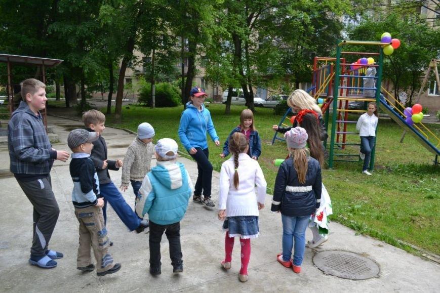 В одному з дворів Івано-Франківська з'явився новий дитячий майданчик (ФОТО), фото-2