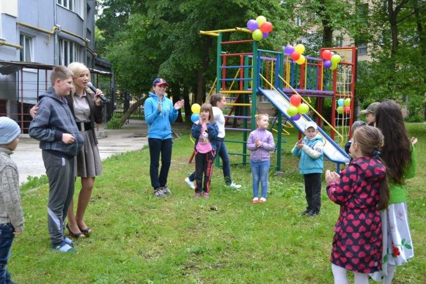 В одному з дворів Івано-Франківська з'явився новий дитячий майданчик (ФОТО), фото-1