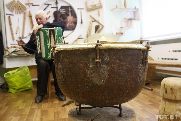 Фоторепортаж: мастер из Гродно 20 лет делает народные музыкальные инструменты (фото) - фото 1