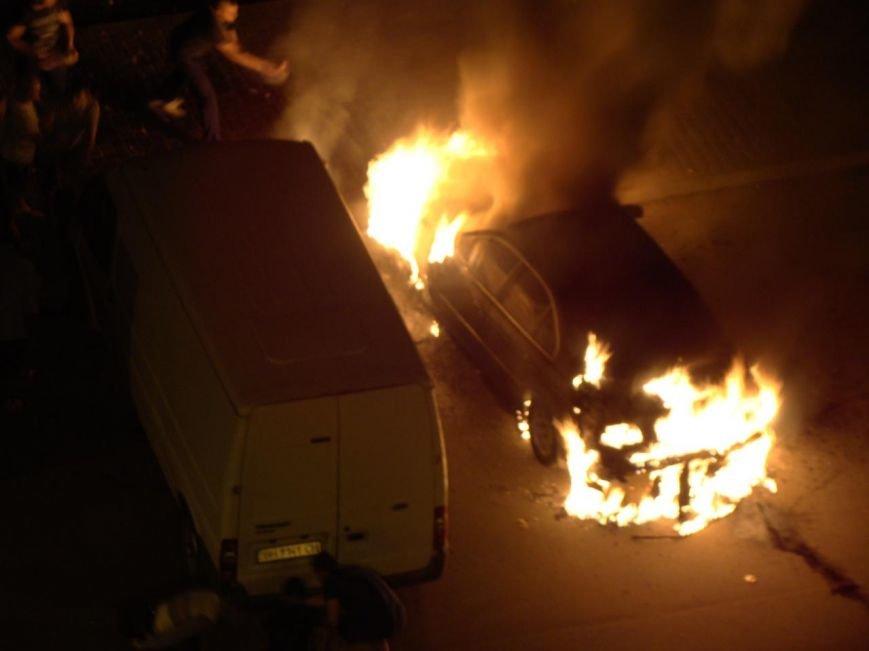 В Одессе с хлопками, похожими на взрывы, сгорел автомобиль (ФОТО) (фото) - фото 1