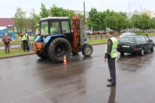 В Гродно трактор переехал двух девушек: с тяжелыми травмами пострадавшие госпитализированы (фото) - фото 1