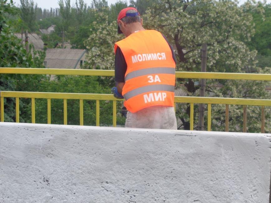 Евангельские церкви Красноармейска вышли на патриотическую покраску моста (фото) - фото 1