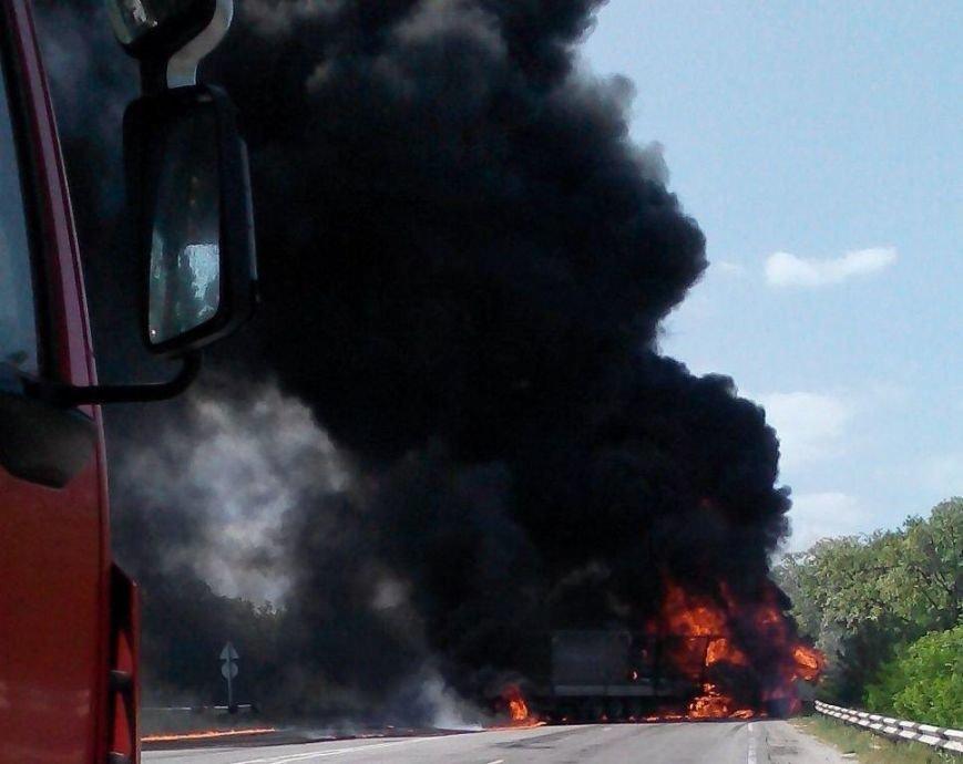 Автокатастрофа в Запорожской области: на трассе сгорели две фуры, один человек погиб (фото) - фото 2