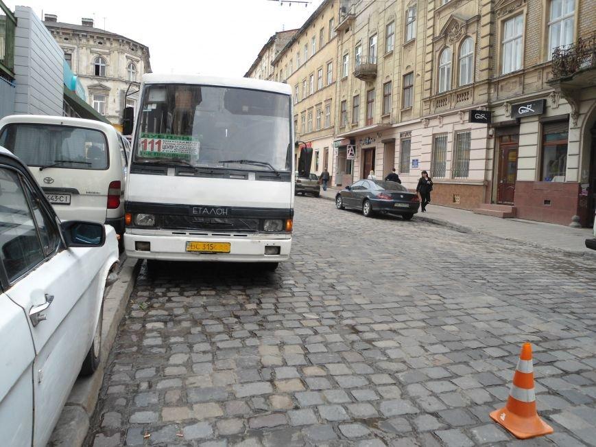 У центрі Львова під колесами автобуса травмувалася дівчинка (фото) - фото 1