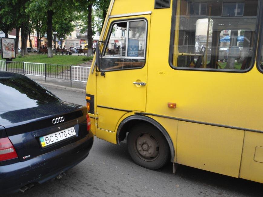 У центрі Львова ДТП: маршрутка не розминулась із легковиком (ФОТО) (фото) - фото 1
