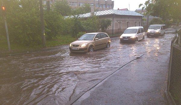 На вулицях Тернополя через дощ утворився потоп (фото) (фото) - фото 1
