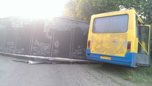 Масштабное ДТП под Одессой с участием маршрутки. Погиб один человек, 9 пострадали (ФОТО, ВИДЕО) (фото) - фото 1