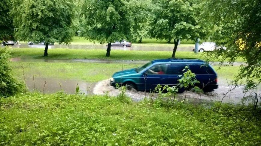 Львовом «прогулялася» гроза: через надмірну кількість опадів у місті затопило дорогу та тротуари (ФОТОРЕПОРТАЖ), фото-2