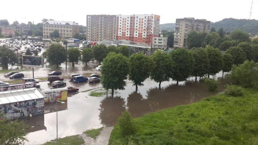 Львовом «прогулялася» гроза: через надмірну кількість опадів у місті затопило дорогу та тротуари (ФОТОРЕПОРТАЖ), фото-8