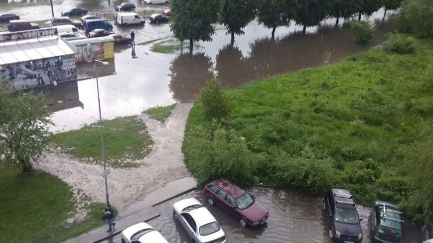 Львовом «прогулялася» гроза: через надмірну кількість опадів у місті затопило дорогу та тротуари (ФОТОРЕПОРТАЖ), фото-1