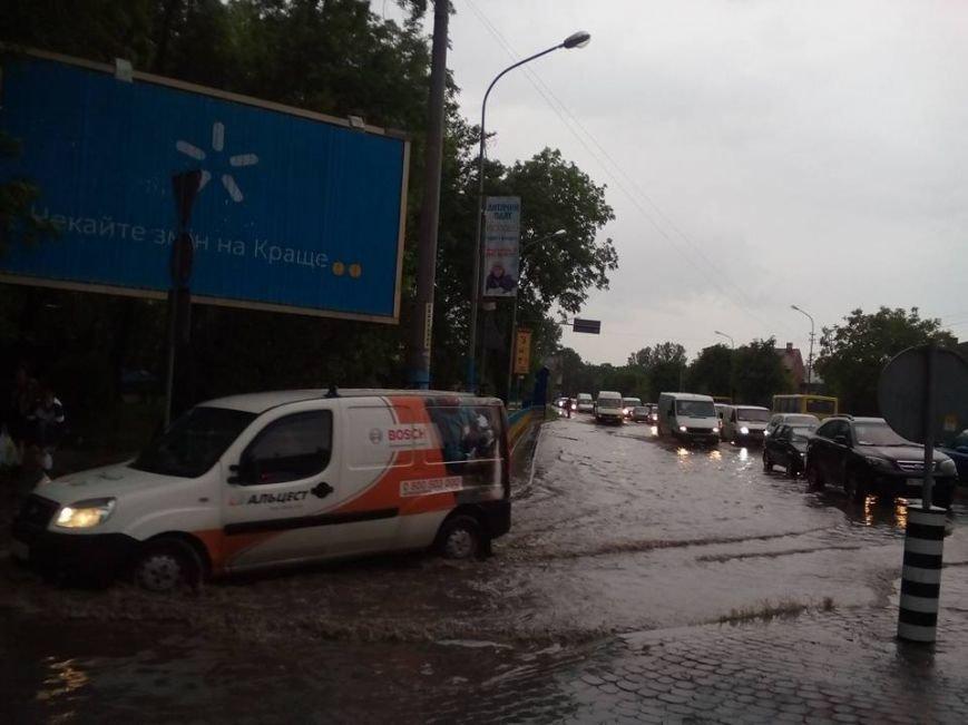 Львовом «прогулялася» гроза: через надмірну кількість опадів у місті затопило дорогу та тротуари (ФОТОРЕПОРТАЖ), фото-7