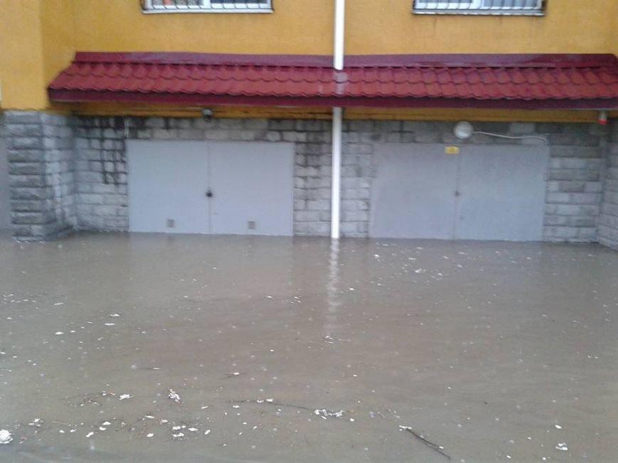 Львовом «прогулялася» гроза: через надмірну кількість опадів у місті затопило дорогу та тротуари (ФОТОРЕПОРТАЖ), фото-3