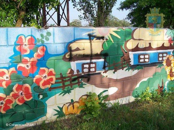 На Николаевщине вандалы разрисовали свастикой забор стадиона (ФОТО) (фото) - фото 2
