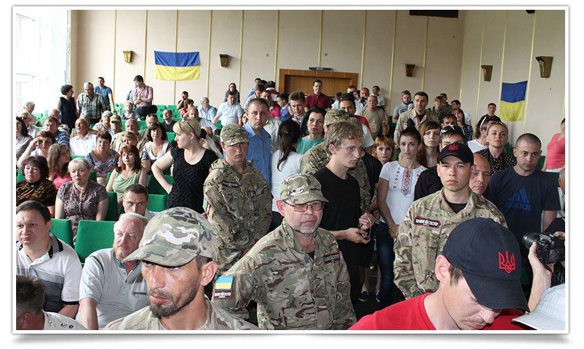 В Славянском горсовете произошла стычка с участием Правого Сектора на стороне милиции (фото) - фото 1